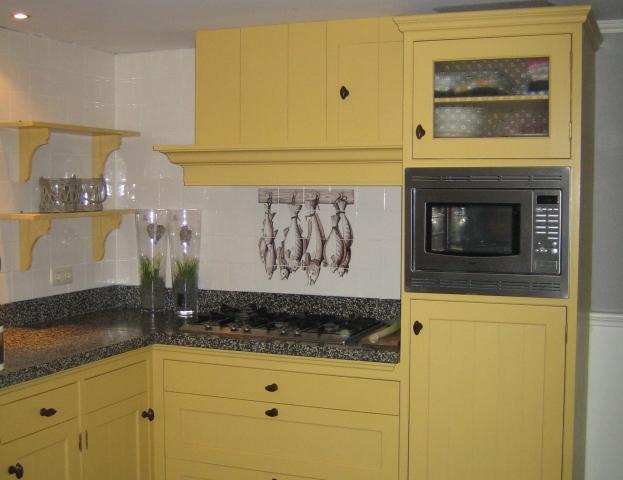 Oude Keuken Opfrissen : Handgemaakte keuken in Esdoorn okergeel geschilderd met noten grepen